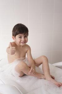 Довольный ребенок перед массажем